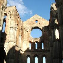 Klasztor SAN GALGANO z niebem zamiast dachu
