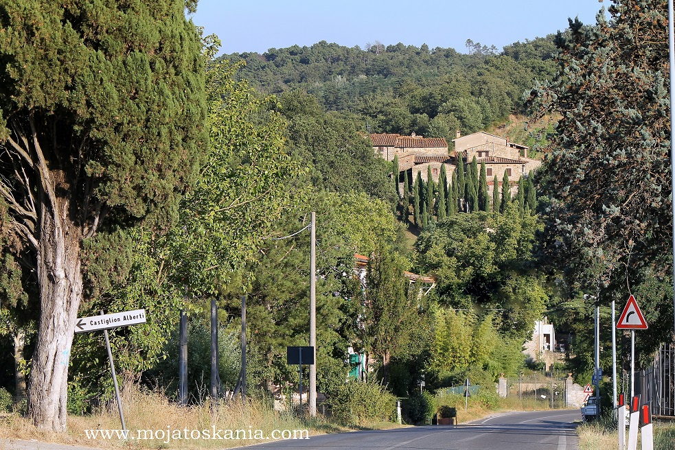 1 Castello Capannole z drogi podpis