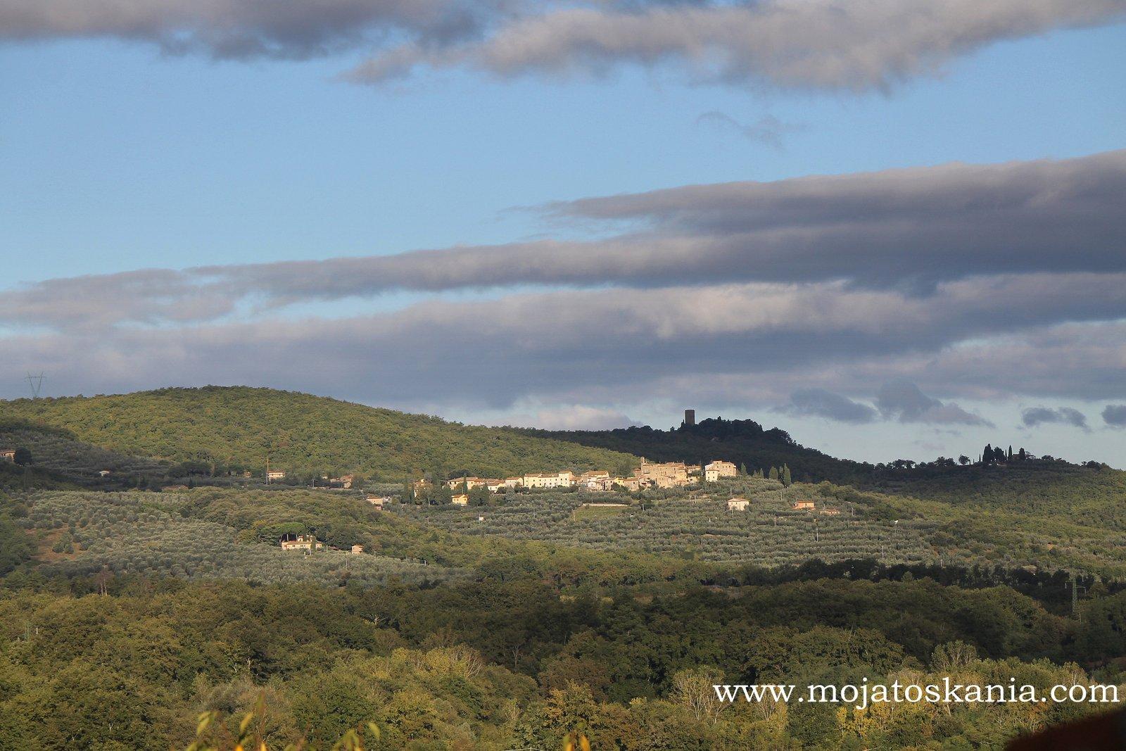 Widok z okna łazienki na San Leonino i wieżę Galatrona