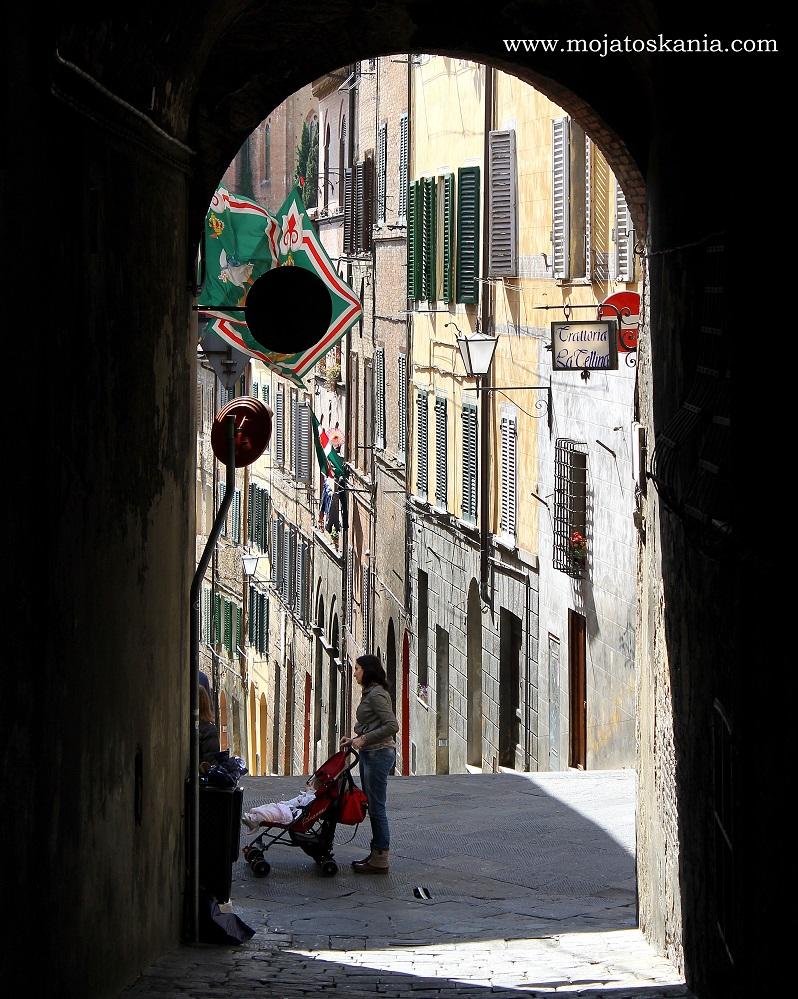 ikona w cieniu uliczek Siena