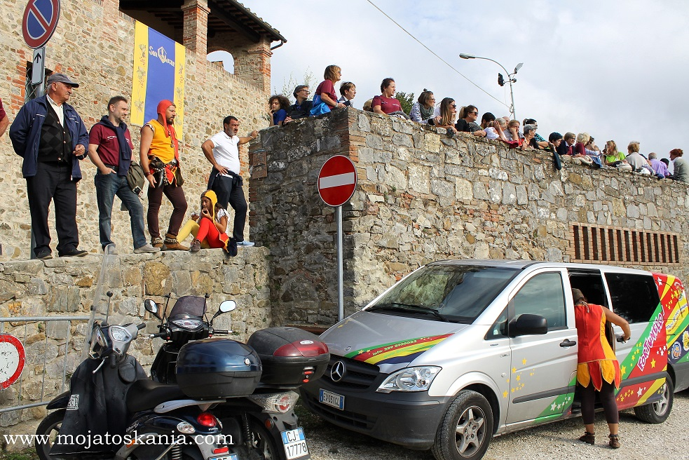 1 kibice na murach San Gusme