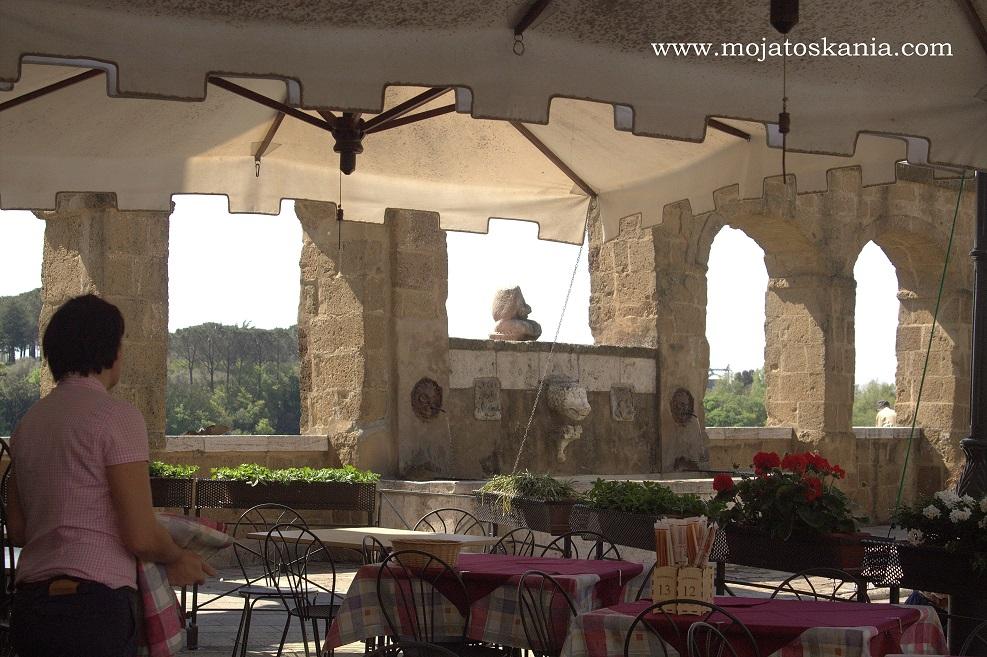 14 Pitigliano restauracja przy studni