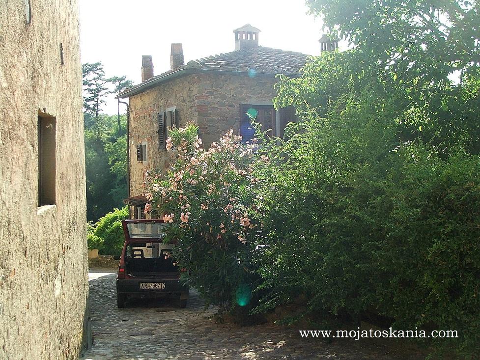 15 toskanski domek z kwiatami