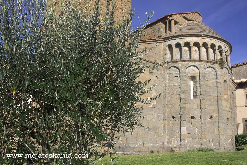 2 pieve la Gropina dietro alberi di olivi