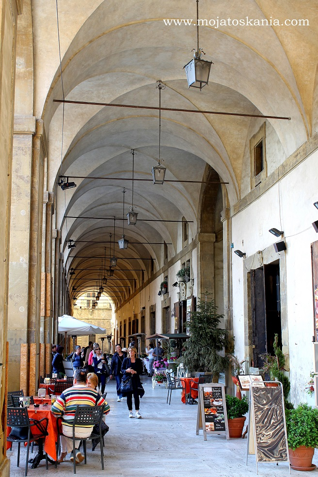 3 Arezzo pod arkadami